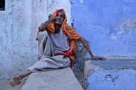 vieille femme africaine assise