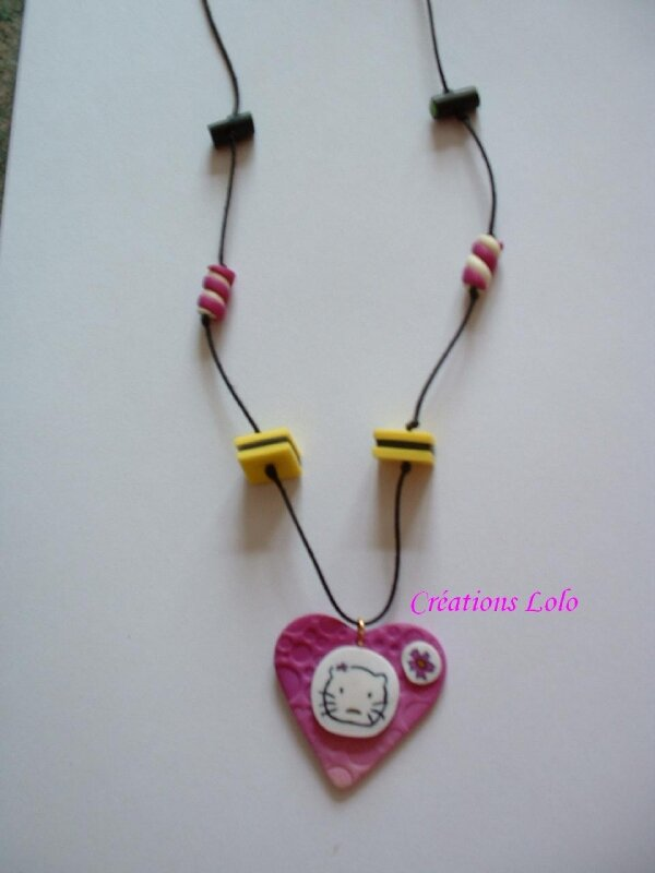 85 - Collier Hello Kitty + bonbons