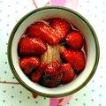 Panna cotta à la crème de coco, fraises et rhubarbe pochée