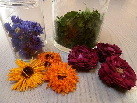 bleuets, persil, soucis, roses séchés