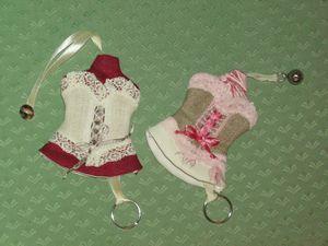 porte clés corsets rouge et rose 1