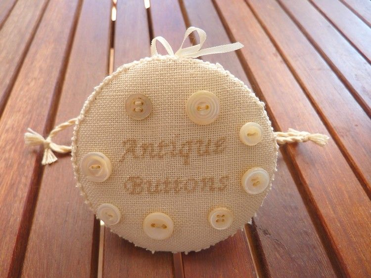 Pochon dentelle et boutons, version miniature.