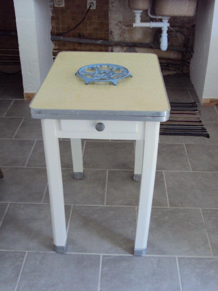 Avant apres d 39 une table de cuisine ann e 50 bleu citron for Table de cuisine annee 50