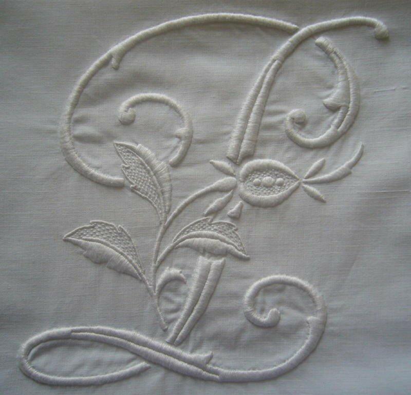 P, 20 cm de haut, blanc sur tissu ancien blanc