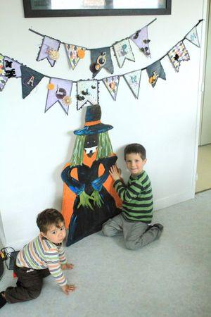 24-10-11 Yanis casquette travail Papa banderolles halloween et sorcière + goûter 028