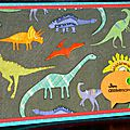 28. turquoise et multicolore - dinosaures
