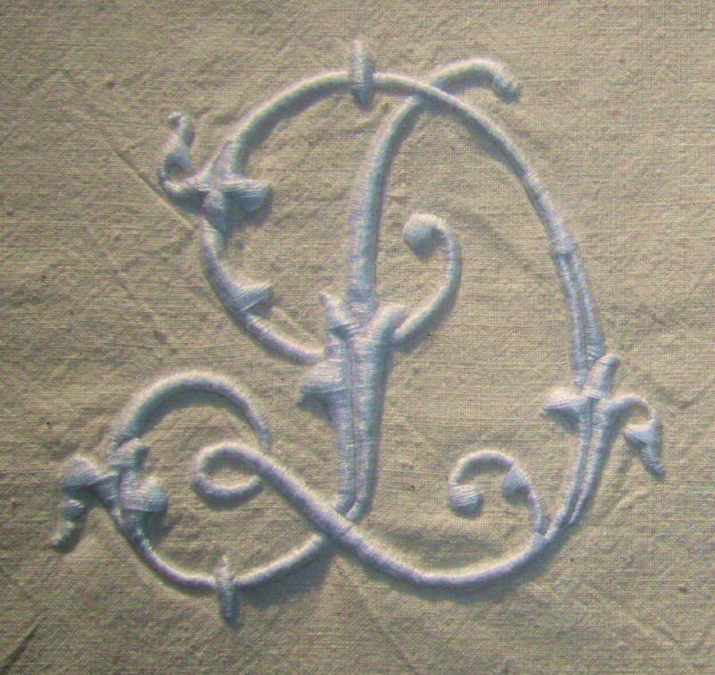 D alphabet Alexandre, 10 cm de haut, blanc sur tissu ancien écru