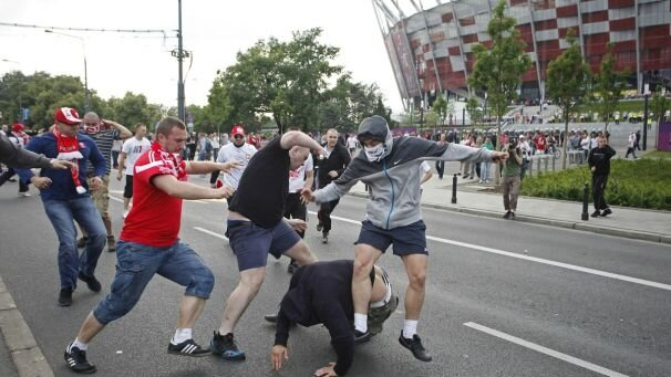 img_606X341_1206-euro-poland-and-russian-hooligans-fight