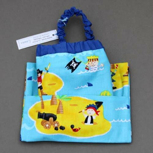 Serviette de table enfants cou élastiqué Petits pirates et sa pochette assortie - Lilooka