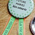 Kit evjf : cocarde et badges assortis aux faire-part (vert et orange)