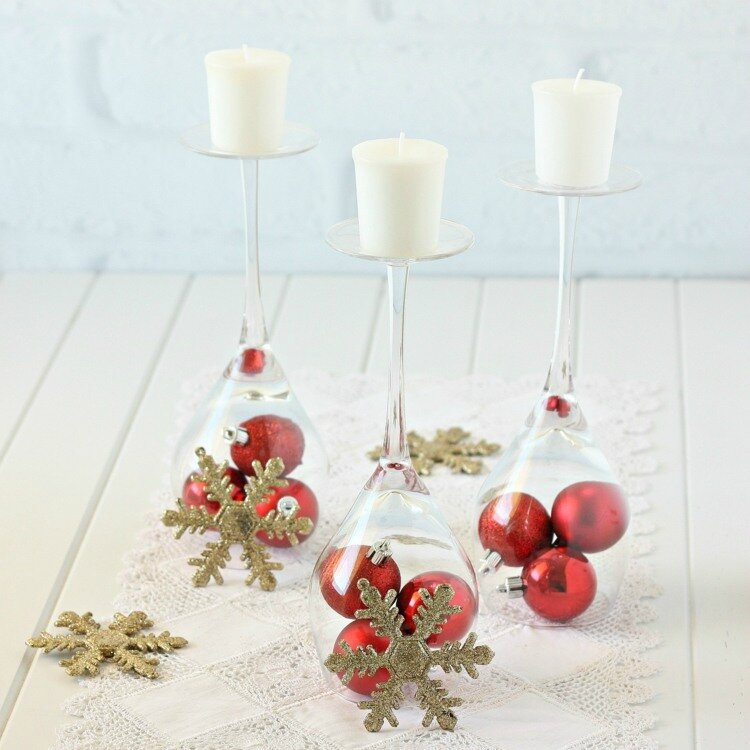 decoration-de-noel-boules-decoratives-bougies-table-flocons-neige