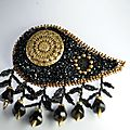 broche noir or