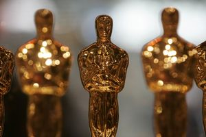 oscars_trophee_3_oscar_statuettes_line_up_inside_a_glass_case_at_a_meet_the_oscars_display_in_new_york_s_times_square_268