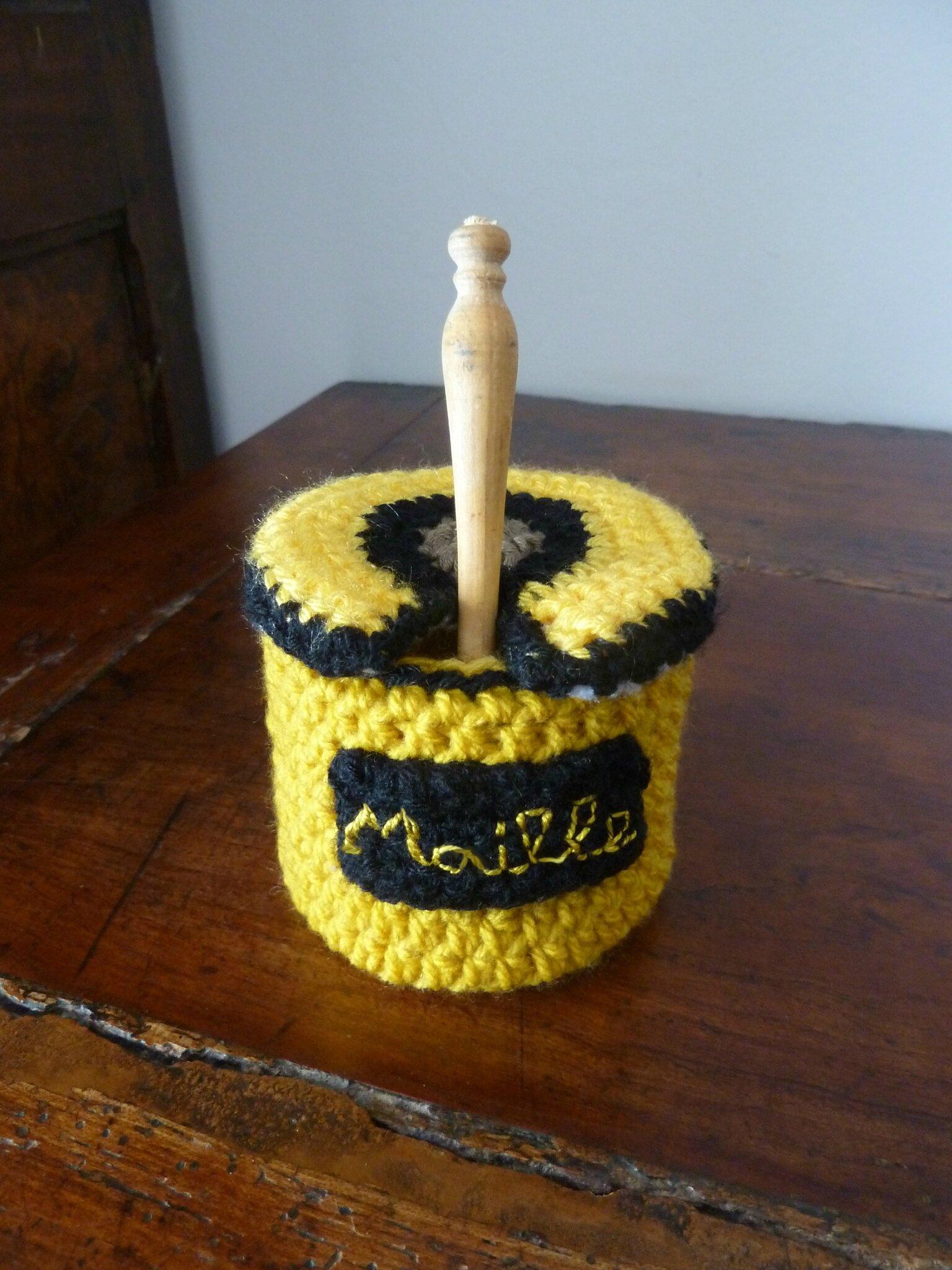Serial crocheteuses : n° 216 comestible, jaune , grande gueule. Qui suis-je ? .....un pot de moutarde