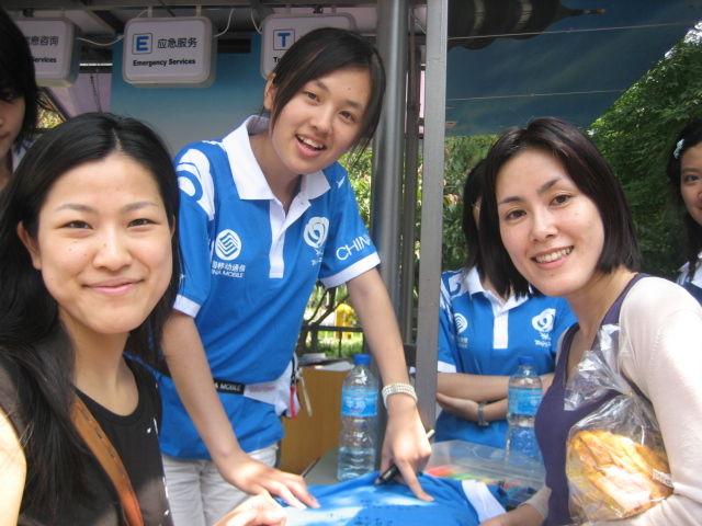 Floria, volontaire avec deux Coréennes