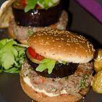 Hamburger aux aubergines et tomates confites