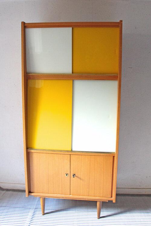 bibliotheque-vitree-jaune-et-blanc-face