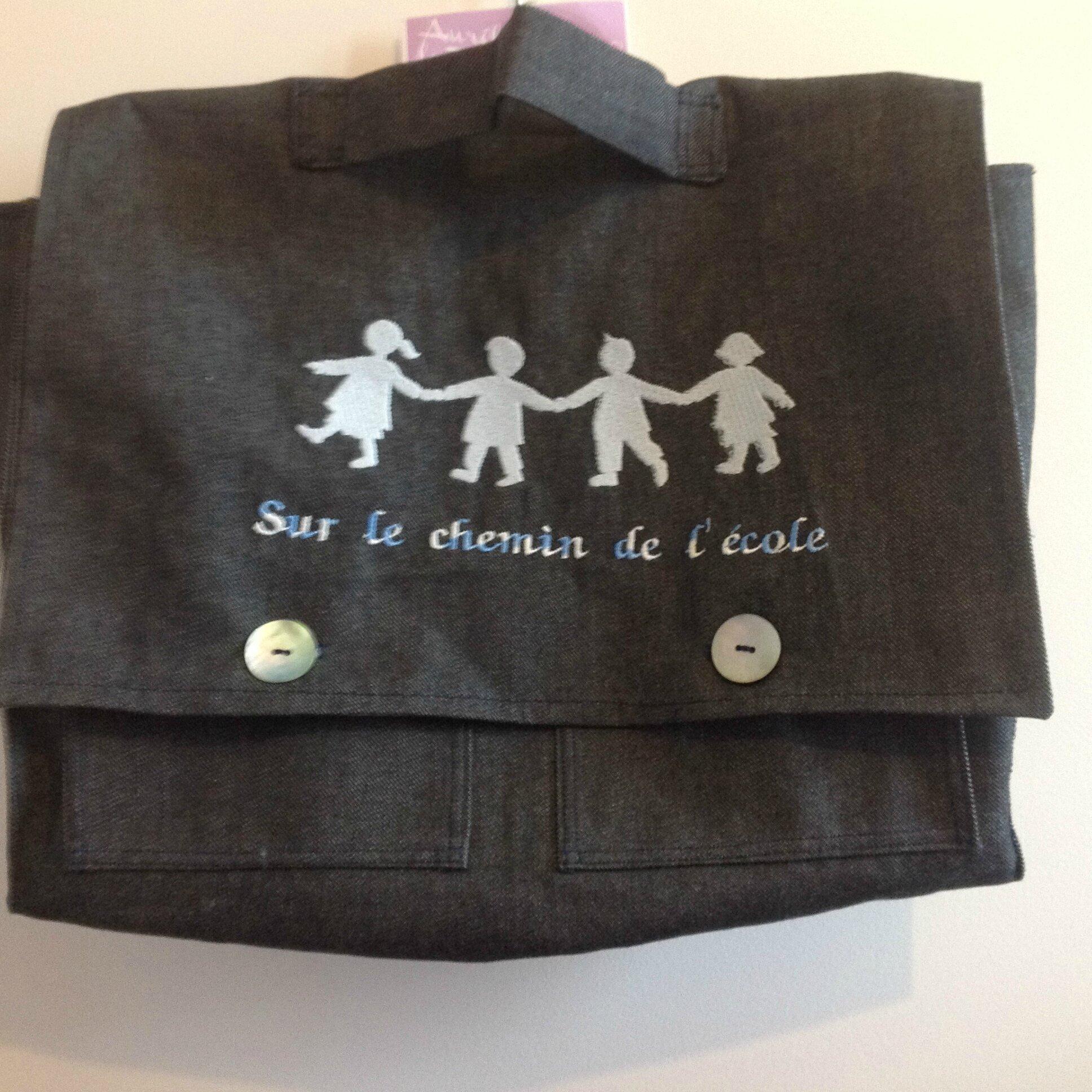 Cartable d'écolier en jean boutonné, brodé . 30€