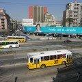 Les rues sont animees et les bus sont jaunes