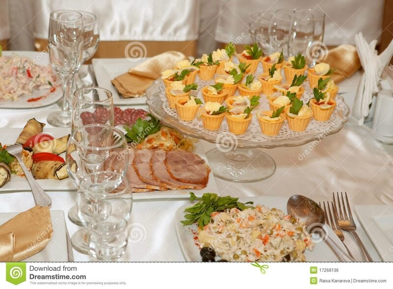 table-de-banquet-avec-la-nourriture-17268136
