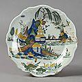 Sinceny. assiette à décor polychrome en plein de deux chinois, xviiie siècle