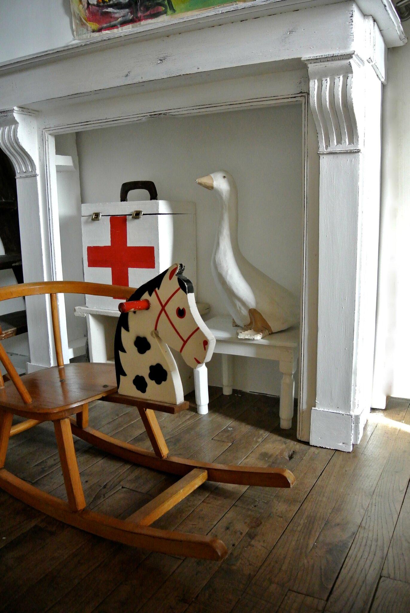 un manteau de chemin e en guise de console d co d 39 enfant. Black Bedroom Furniture Sets. Home Design Ideas