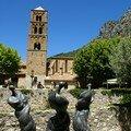 Sculptures de pieds devant l'église