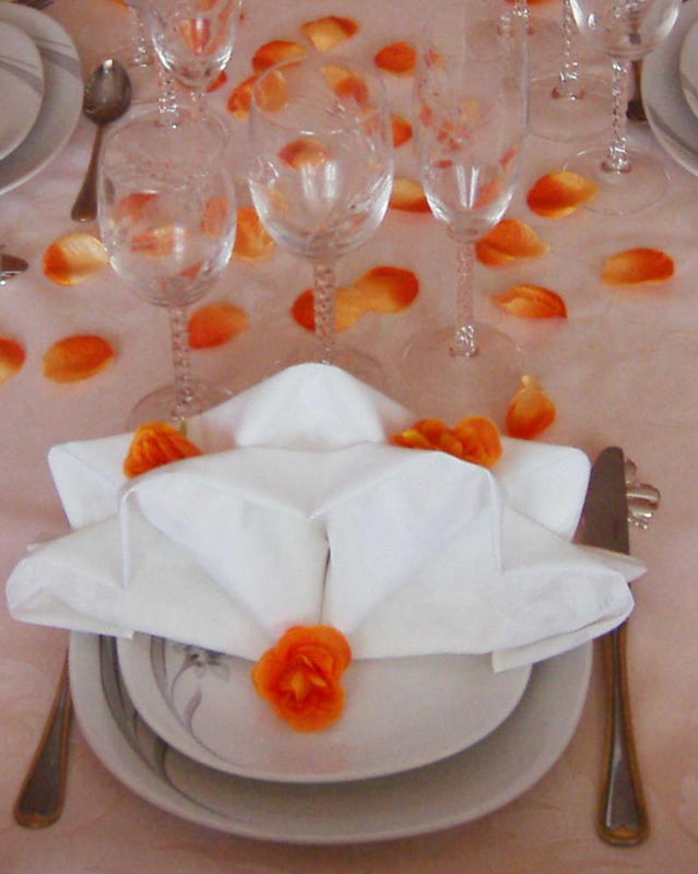 Emplacement par personne table blanc et orange photo de art de la table recettes et d coration for Place a table par personne