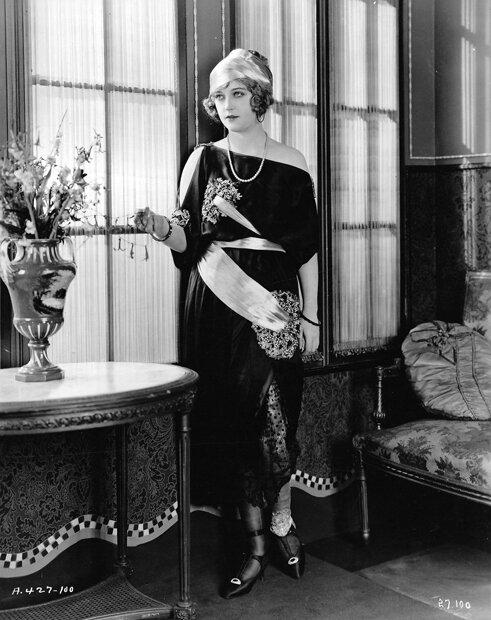 robe d'après-midi élégamment portée par Marion Davies