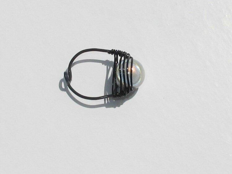bague wire noir perle blanche dessus