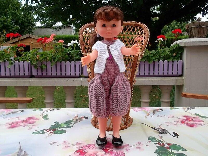 Chloé et sa robe culotte et son gilet ( Esyram , Maryse)