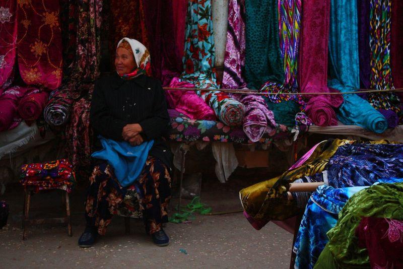Vendeuse de tissus à Noukous