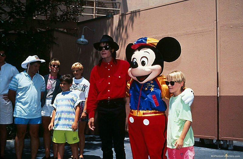 Mike-with-Mac-Disney-michael-jackson-12595581-1600-1047