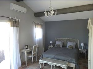 lit chambre grise