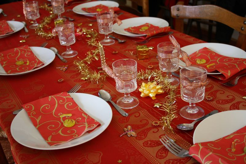 Decoration table de noel rouge et or - Idee de decoration de table pour noel ...