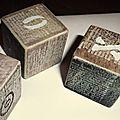 Petits cubes en bois, print, lettres au pochoir