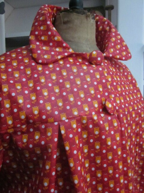 Ciré AGLAE en coton enduit rouge imprimé tulipe orange et blanches fermé par 2 pressions dissimulés sous 2 boutons recouverts (9)