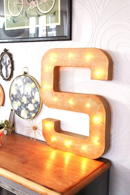 diy une lettre d 39 enseigne lumineuse t te d 39 ange. Black Bedroom Furniture Sets. Home Design Ideas