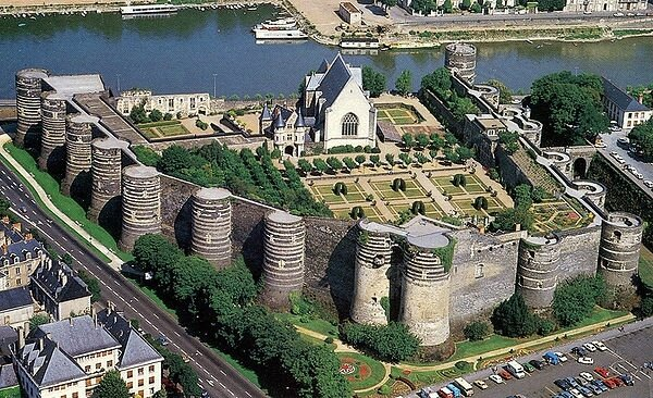 600px-Angers_chateau_1994_vueaerienne