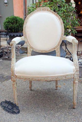 Magnifique fauteuil style louis 16 recouvert d'un drap ancien ,il en existe un autre d'une patine légérement différente