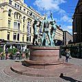 Statue des trois Smiths représentant des forgerons nus