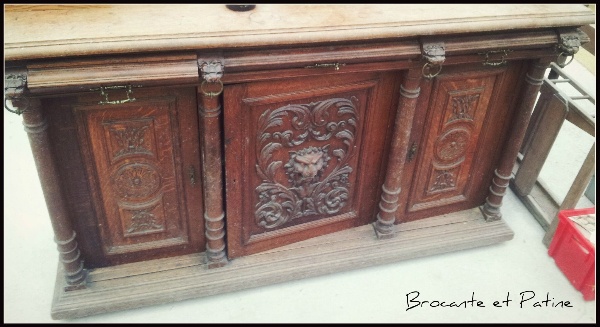 Buffet lion brocante et patine for Lions du meuble