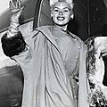 jayne-1957-09-london_airport_arriving-1