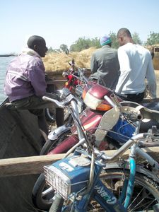 paille et motos, embarquement à KALA, Mali