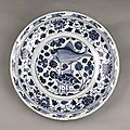 Blue-and-white porcelain plate with the design of lotus flowers and double fishes, Yuan Dynasty (1271-1368)
