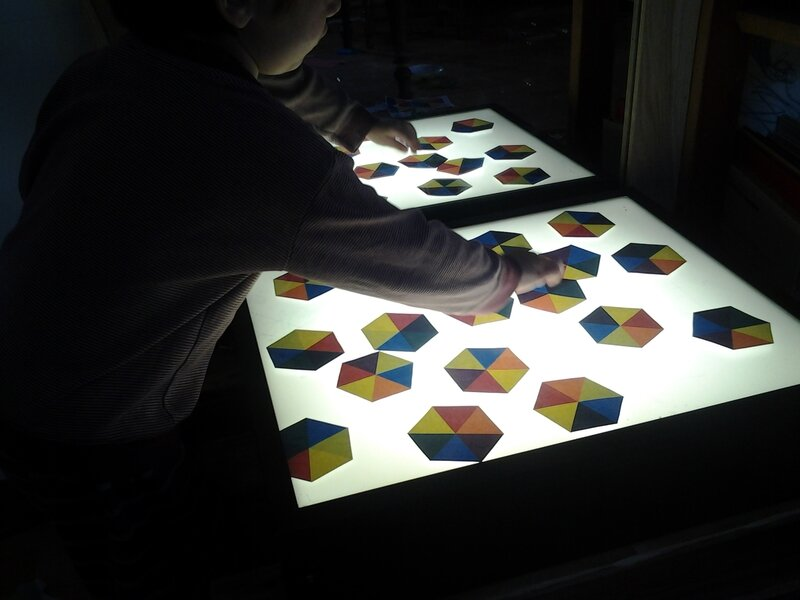 sur notre table lumineuse les pierre feu 6 cailloux sur le chemin. Black Bedroom Furniture Sets. Home Design Ideas