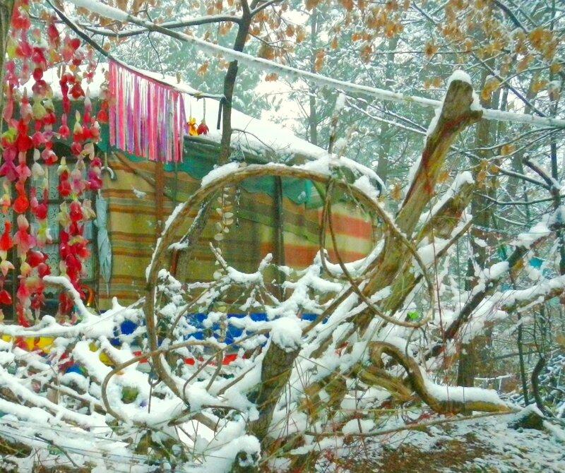 bois enmmélés sous petite couche de neige devant la yourte