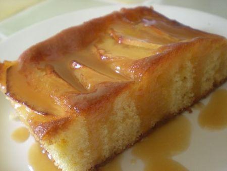 Gâteau aux pommes et sa sauce caramel au rhum