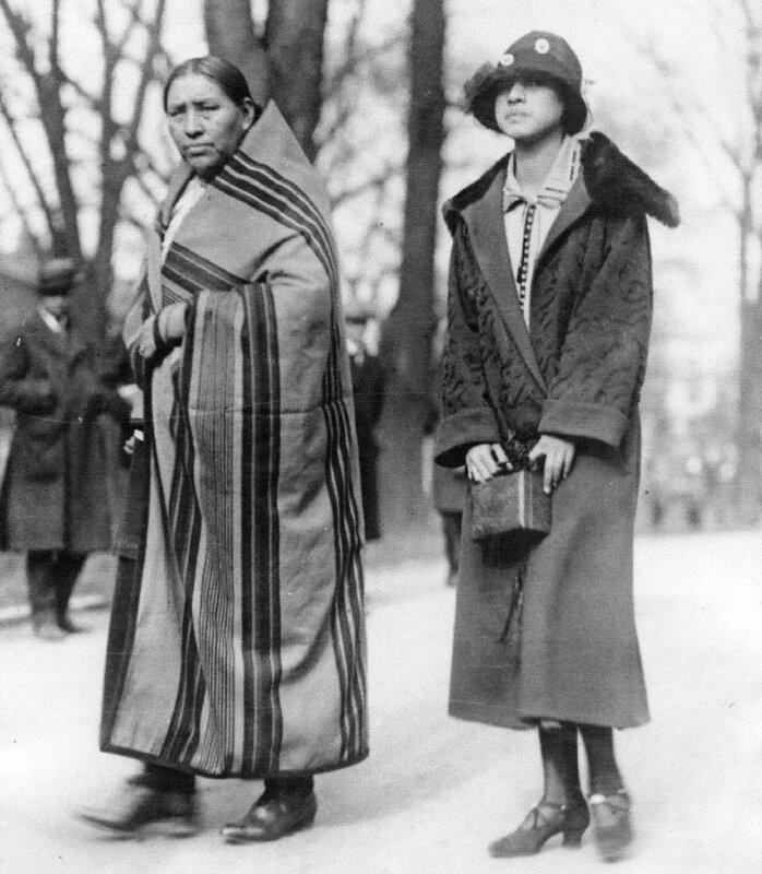 Tradition et modernité : mère et fille osage dans les années 1920