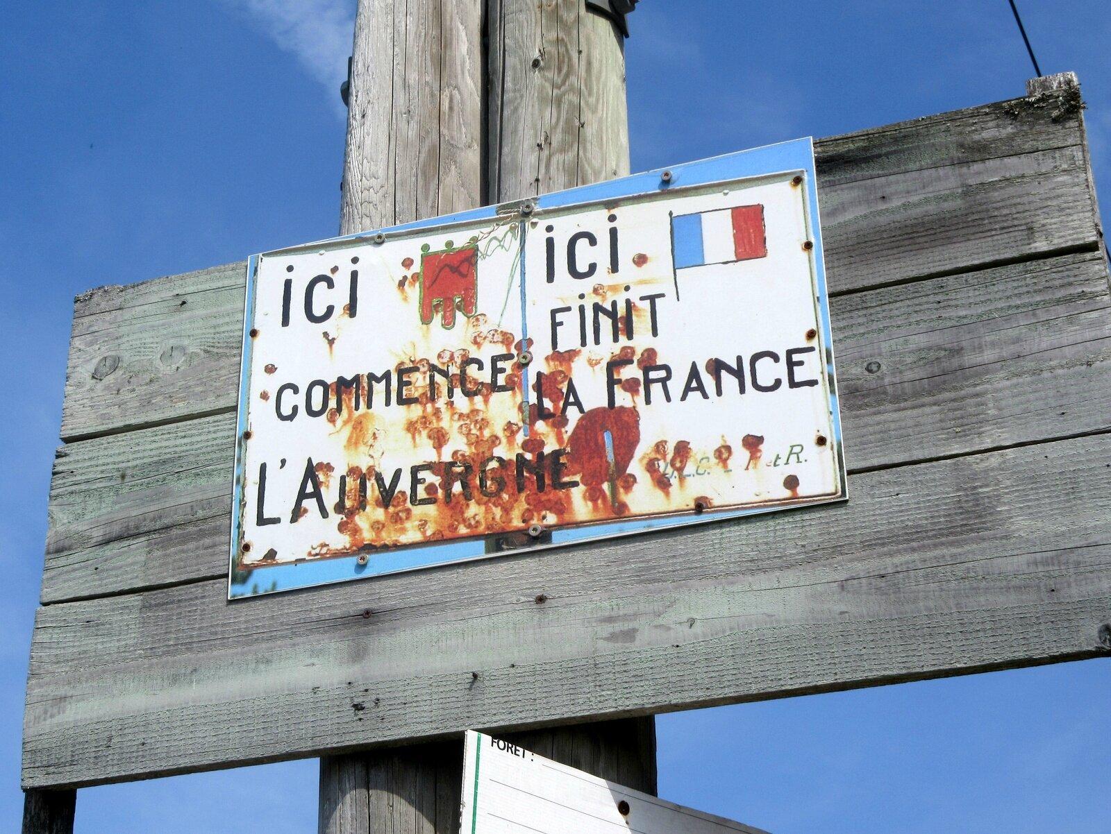 panneau : ici finit la France ici commence l'Auvergne